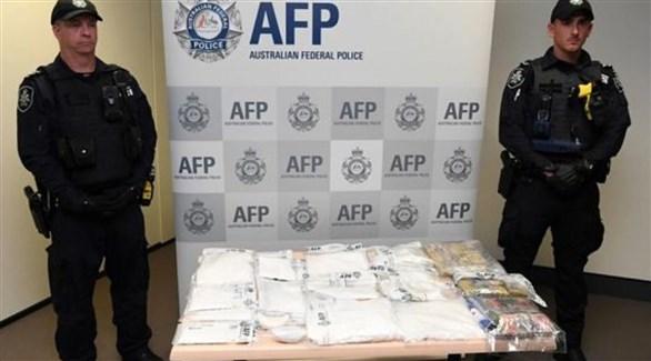 شرطيان أستراليان وبينهما مخدرات محجوزة قبل دخولها البلاد (أرشيف)