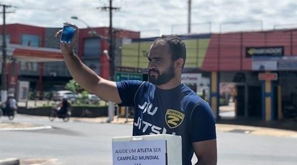 كايكي أنجيليم يبيع قوارير الماء في أحد شوارع مدينته البرازيلية (انستغرام)