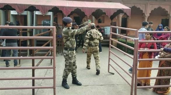 شرطي هندي يطارد القردة بمقلاع (تويتر)