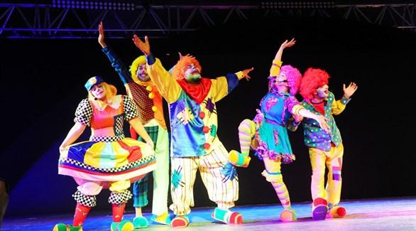 جانب من مسرحية المهرجون خلال فعاليات مهرجان سلطان بن زايد التراثي (وام)