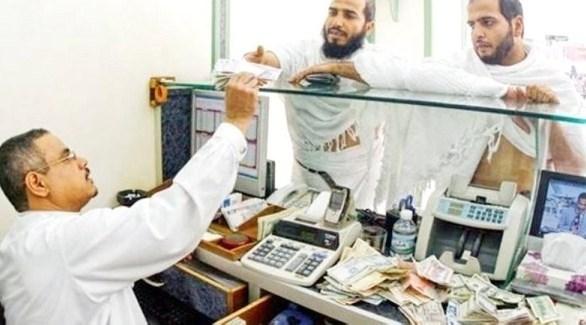 صراف في مكتب تحويل أموال سعودية (أرشيف)
