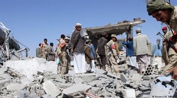 منقذون يبحثون عن ضحايا محتملين بعد قصف حوثي في اليمن (أرشيف)
