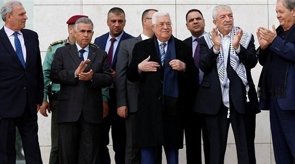 الرئيس الفلسطيني عباس وأعضاء من حركة فتح (أرشيف)