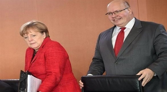 وزير الاقتصاد الألماني بيتر ألتماير والمستشارة الألمانية أنجيلا ميركل (أرشيف)
