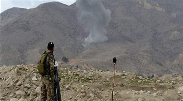 عسكري أفغاني ينظر إلى دخان متصاعد بعد قصف سابق (أرشيف)