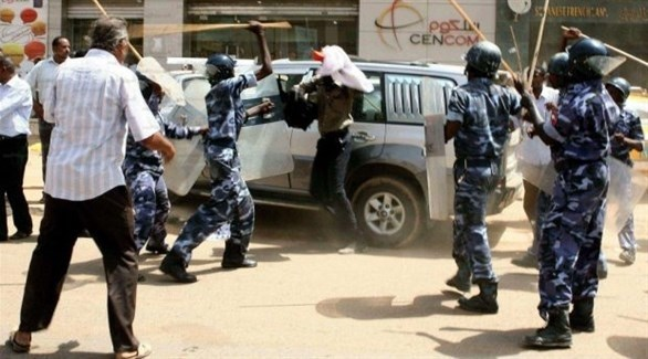 الشرطة السودانية تتصدى لمتظاهرين في الخرطوم (أرشيف)