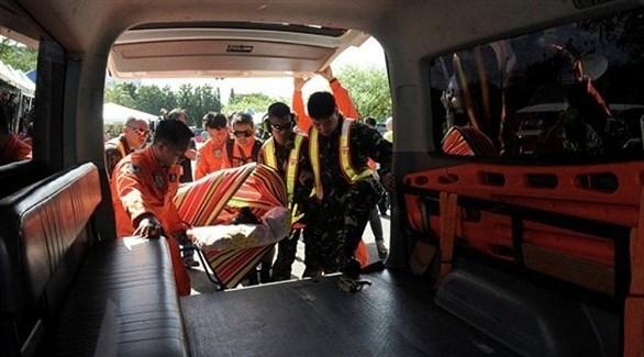 مسعفون فلبينيون يحملون الجرحى جراء الانفجار(أرشيف)