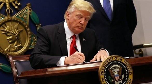 الرئيس الأمريكي دونالد ترامب يوقع قرار العقوبات على إيران (أرشيف)