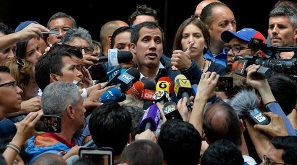 خوان غوايدو متحدثاً للإعلاميين (أرشيف)