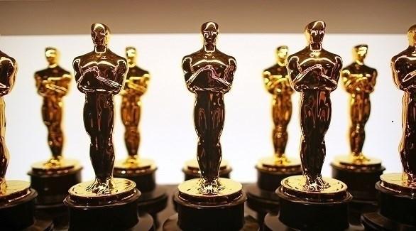 عدد من التماثيل الذهبية التي تمنح للفائزين بجوائز الأوسكار (ديلي ميل)