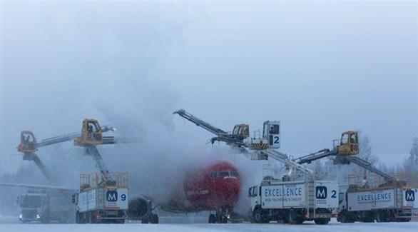 إزالة الجليد عن طائرة نرويجية (ميرور)