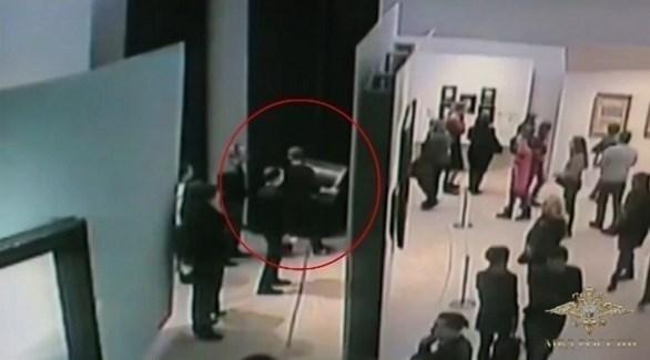 لقطة من كاميرا المراقبة أثناء سرقة اللوحة (انستغرام)