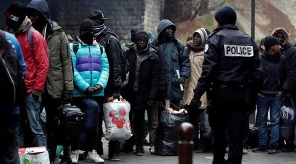 مهاجرين تم إجلائهم من مخيماتهم في باريس (رويترز)