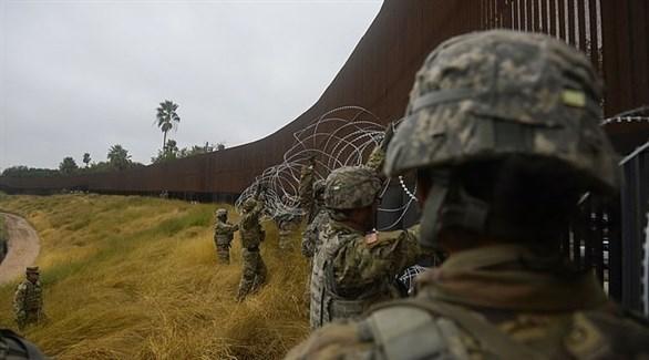 جنود أمريكيون يضعون أسلاكاً شائكة على الحدود مع المكسيك (أرشيف)