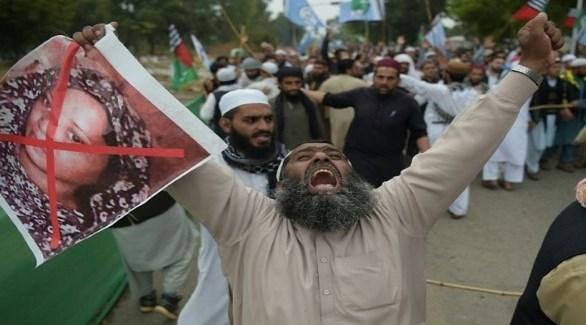 عضو من حركة لبيك الباكستانية في تظاهرة ضد تبرئة آسيا بيبي (أرشيف)