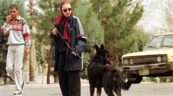 إيرانية مع كلبها في أحد المتنزهات (أرشيف)