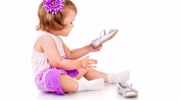 طفلة تتأمل حذاءها (أرشيف)