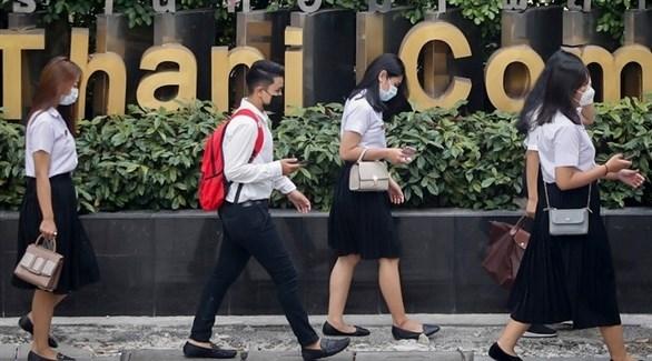 سكان في بانكوك يرتدون الكمامات لتفادي الهواء الملوث (EPA)