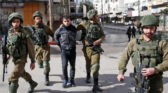 قوات الاحتلال تعتقل شاباً في الضفة الغربية (أرشيف)