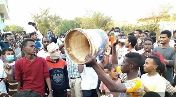 سودانيون يتظاهرون في أم درمان (AFP)
