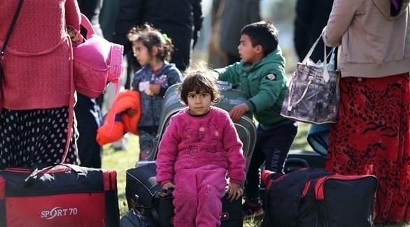 لاجئون سوريون عائدون يستعدون للعودة إلى بلادهم (EPA)