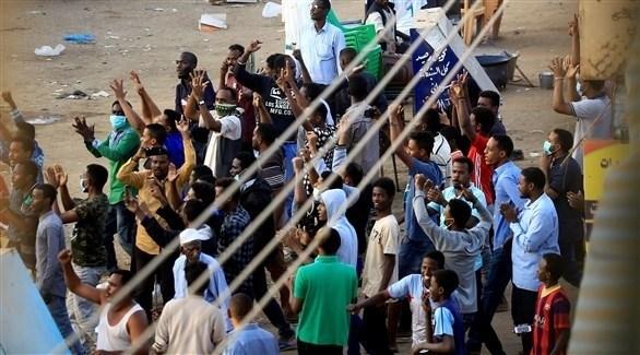 سودانيون يتظاهرون في الخرطوم (رويترز)