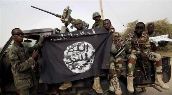 عناصر مسلحة تحمل علم بوكو حرام