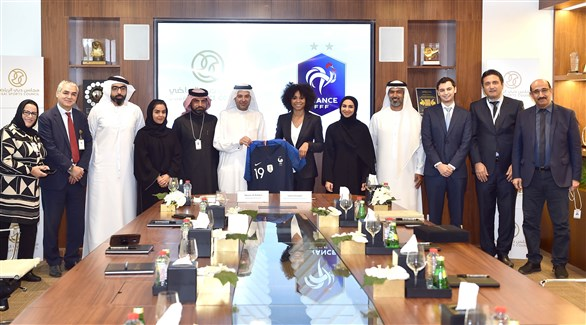 ناصر آل رحمة ولورا جورج يتوسطان مدراء الإدارات والأقسام وأخصائيين المجلس (تويتر)