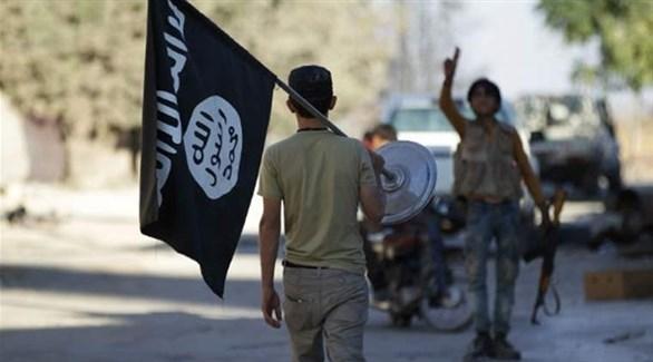 عناصر ترفع علم داعش (أرشيف)