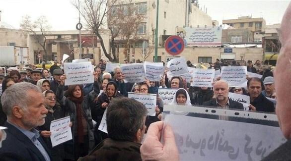 احتجاج المعلمين والمتقاعدين أمام البرلمان الايراني (تويتر)