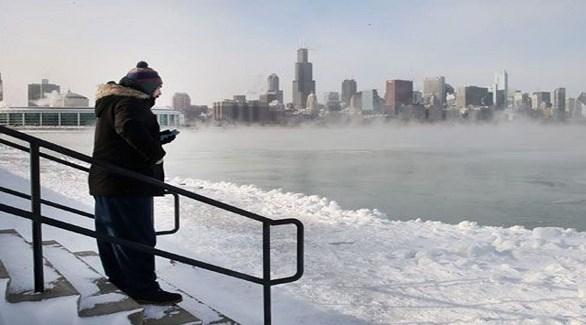 رجل على ضفاف بحيرة ميشيغا لايك المتجمدة في شيكاغو  (أرتي بي إف)