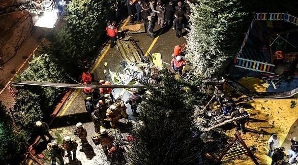 مسعفون ومدنيون أتراك حول المروحية المنكوبة في إسطنبول (سي إن إن تورك)