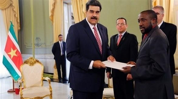 الرئيس الفنزويلي نيكولاس مادورو يتسلم أوراق اعتماد سفير سورينام (إ ب أ)