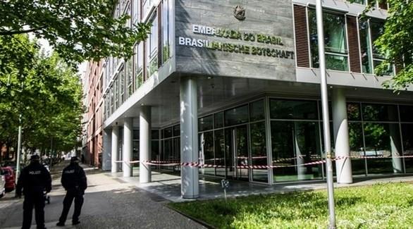 عناصر الشرطة أمام السفارة البرازيلية في برلين (أرشيف)