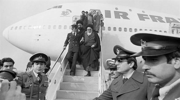 الخميني لحظة عودته من باريس  في 1979 (أرشيف)