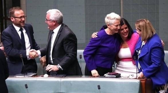 فرحة أعضاء حزب العمال الأسترالي بانتصاره على الحكومة (ذا غارديان)