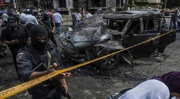 قوة خاصة مصرية في محيط سيارة متفحمة بعد تفجير إرهابي (أرشيف)