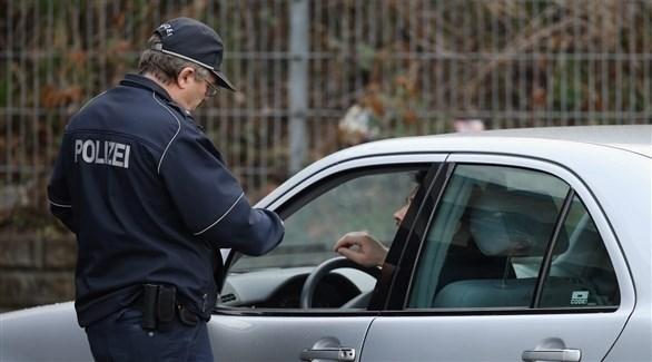 عنصر من الشرطة يحقق مع أحد السائقين (أرشيف)