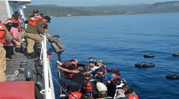 خفر السواحل التركي خلال اعتراضه لأحد قوارب المهاجرين (أرشيف)