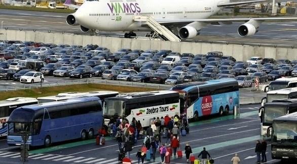 مسافرون يعودون بعد توقف حركة الطيران (أرشيف)