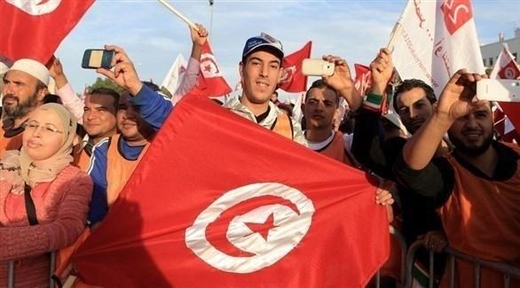 تونسيون يرفعون الأعلام الوطنية لبلدهم (أرشيف)