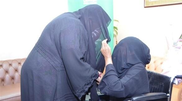لقاء الأم بالنزيلة (شرطة دبي)