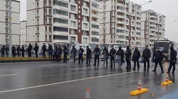 عناصر من الشرطة التركية تمنع تجمعاً لدعم نائبة كردية مضربة عن الطعام في دياربكر (موقع عثمانلي التركي)