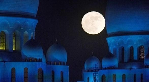 قمر عملاق خلف جانب الشيخ زايد في أبوظبي (أرشيف)