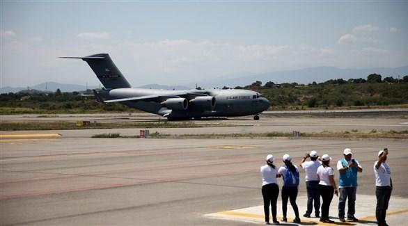 طائرة شحن أمريكية تحمل مساعدات إلى فنزويلا لدى هبوطها في مطار كاميل دازا في كوكوتا بكولومبيا يوم السبت(رويترز)