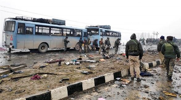 عسكريون في مكان التفجير الإرهابي ضد القافلة الهندية في كشمير (رويترز)