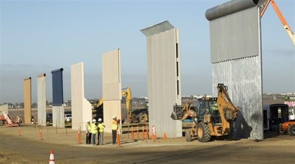 عمال في موقع إنشاء الجدار الحدودي مع المكسيك (أرشيف)