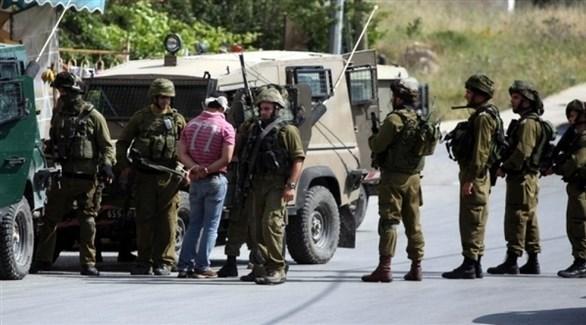 قوات الاحتلال الإسرائيلي تعتقل فلسطينياً في الضفة الغربية (أرشيف)