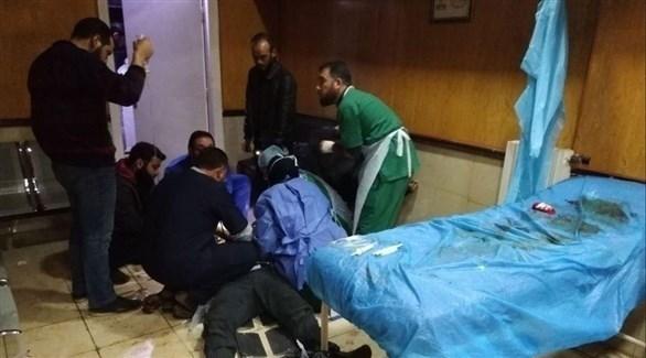 مسعفون يعالجون شخصاً أصيب في انفجار بإدلب اليوم (تويتر)
