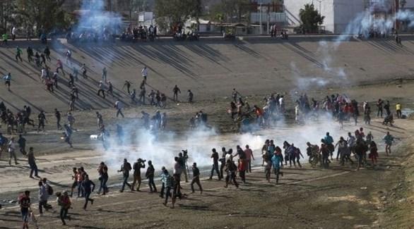 الشرطة الأمريكية تطلق الغاز المسيل للدموع على مهاجرين مكسيكيين (أرشيف)